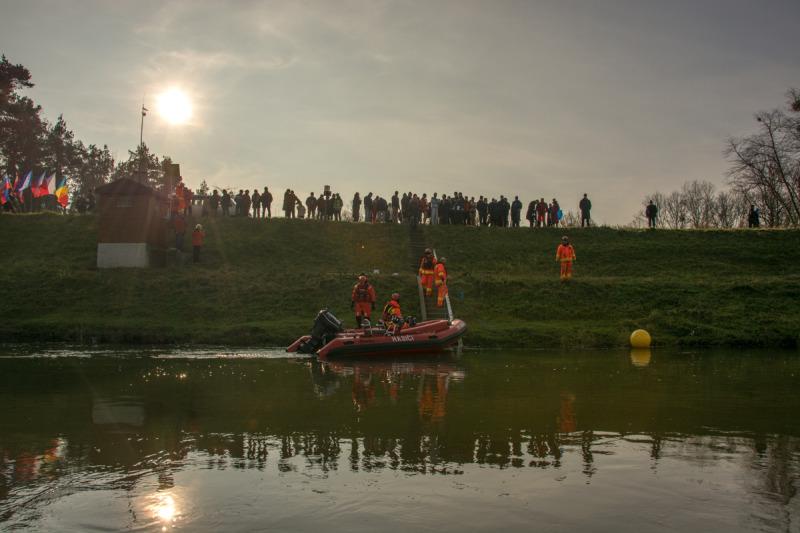 Účastníci zimního plavání na hrázi řeky Dyje.