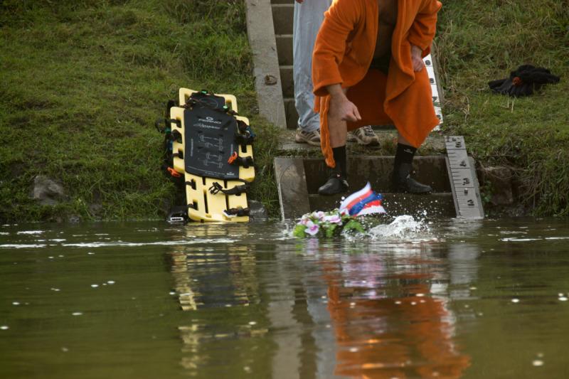 Věnec letí do vody a plavci se mohou po hrázi přesunout o kilometr zpět proti proudu ke dřevěnému mostu, odkud vyplavou.