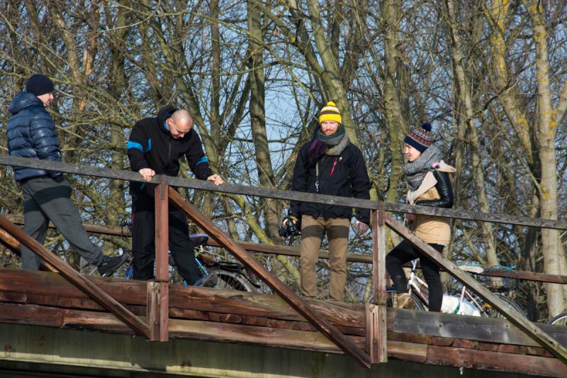 Diváci a fotografové jsou již na svých místech na dřevěném mostě.