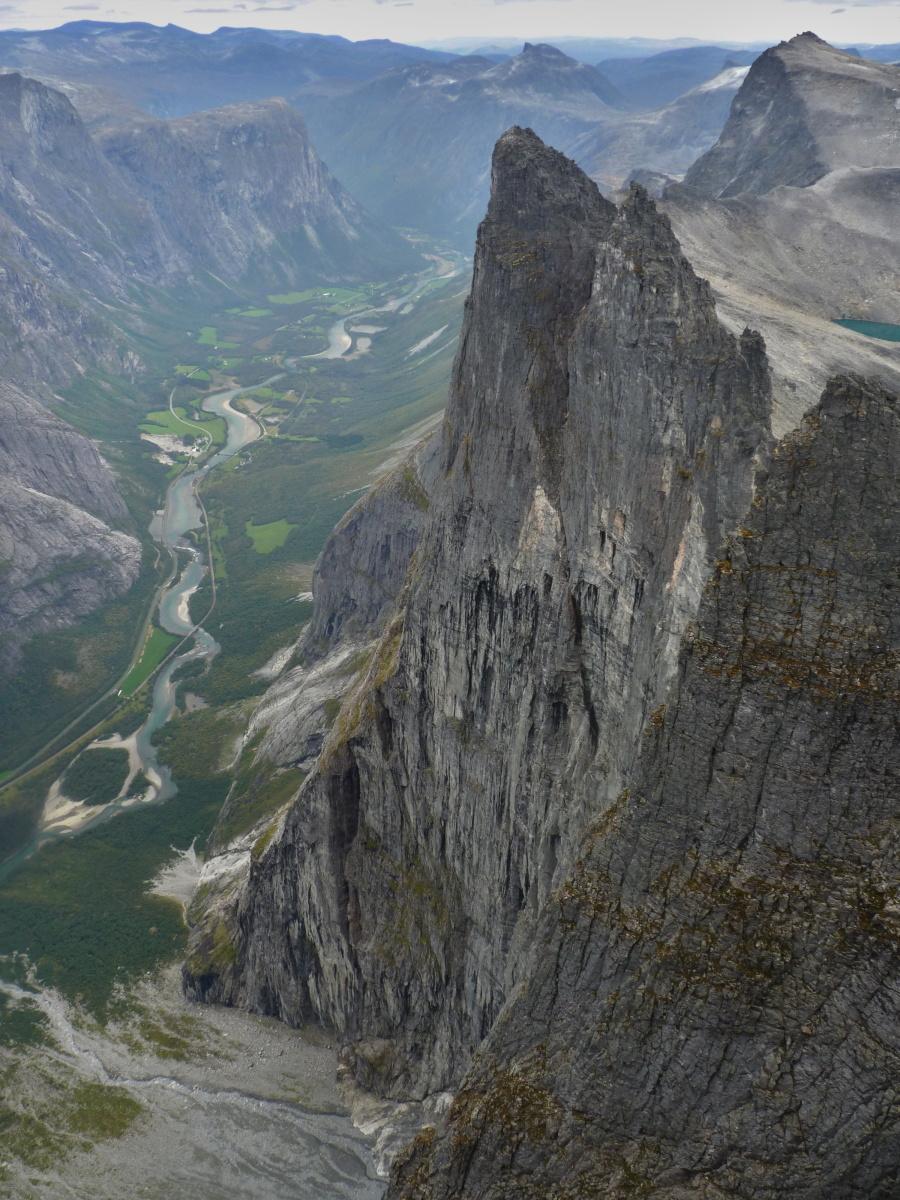 Cíl naší cesty, výhled na dechberoucí, kilometr vysokou skalní stěnu.
