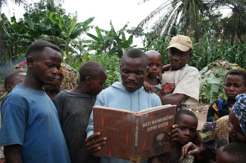 Nejmenší lidé světa si se zájmem prohlíželi knihu s fotografiemi svých předků