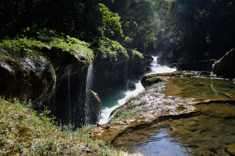 Semuc Champey - řeka pod skálou