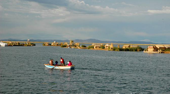 Plavba lodí po jezeru Titicaca v Peru