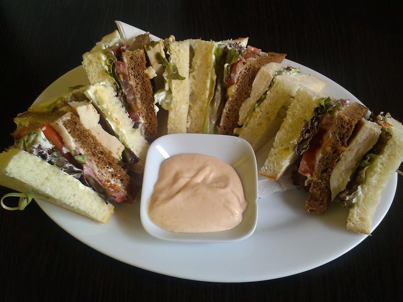 Vynikající Club sandwich v Cacao Prague