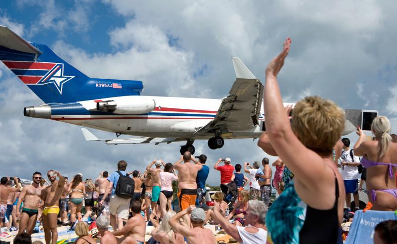 Maho Beach, St. Marteen (Svatý Martin) - davy fanoušků a turistů čekají na přílet dalšího letadla.