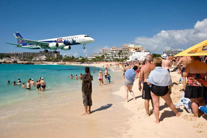 Maho Beach, St. Marteen (Svatý Martin) - přistání letadla vám probíhá doslova nad hlavou!