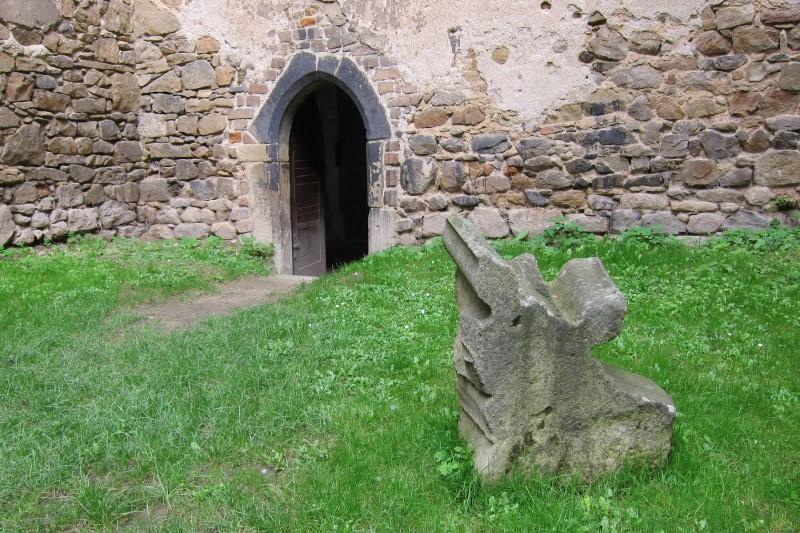 V celém areálu kláštera najdete relikty a úlomky původní stavby