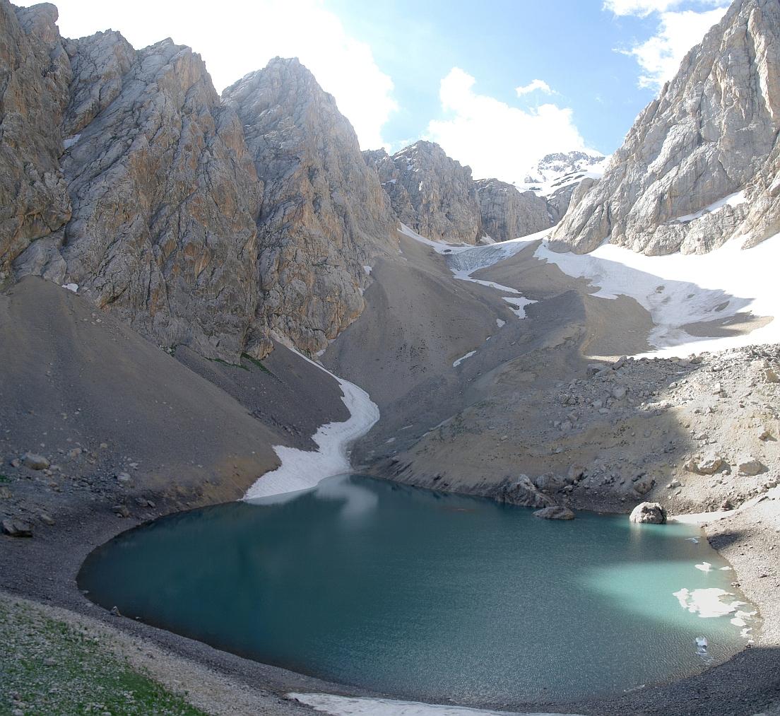 horské jezero ve Ferganském hřebenu, Kyrgyzstán