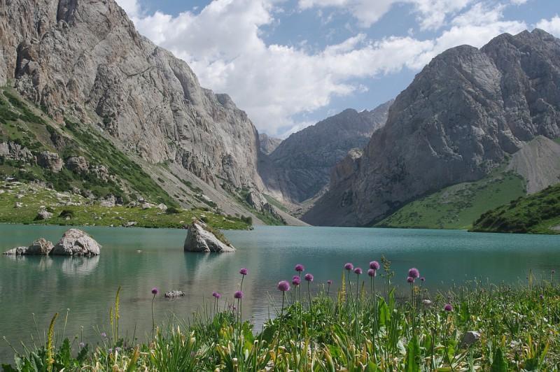 Horské jezero nad obcí Arslanbob, Kyrgyzstán