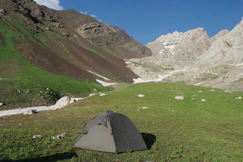 geologicky zajímavé sedlo v horách, Ferganský hřeben, Kyrgyzstán