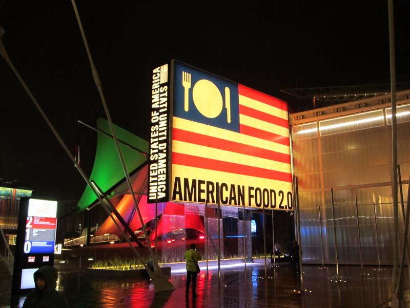 """Americký pavilon - trochu překvapivě bez velkých atrakcí, jaké by člověk u Američanů očekával, zato plný informací a instalací zejména ohledně produkce potravin. Zajímavá je určitě """"vertikální farma"""" - na jedné straně pavilonu rostou rostliny jiným směrem, než na jaký jsme zvyklí"""