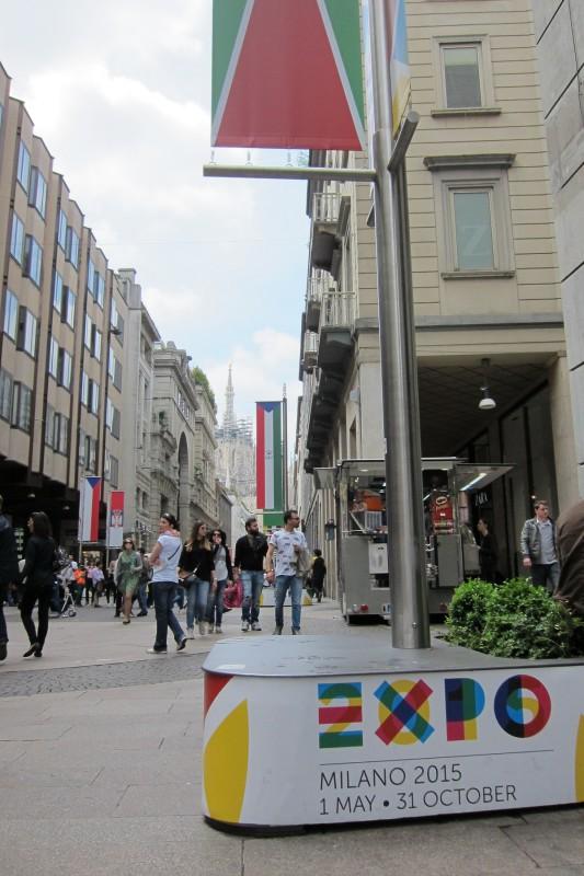 V centru města v těchto dnech často narazíte na  upoutávky na Expo. Jedna z ulic s vlajkami účastníků Expa - vlevo česká vlajka.