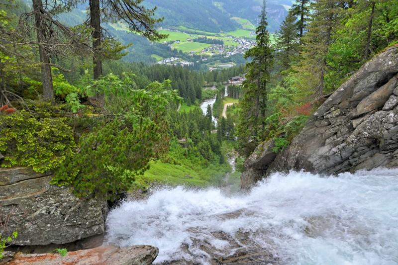 Vyhlídky jsou opravdu postaveny v těsné blízkosti vodopádů. Krimmelské vodopády, Rakousko
