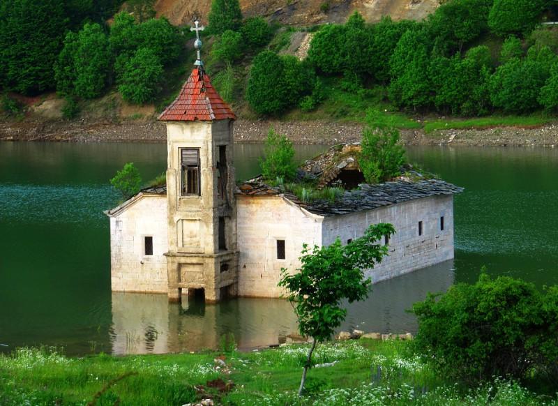 Zatopený kostelík.