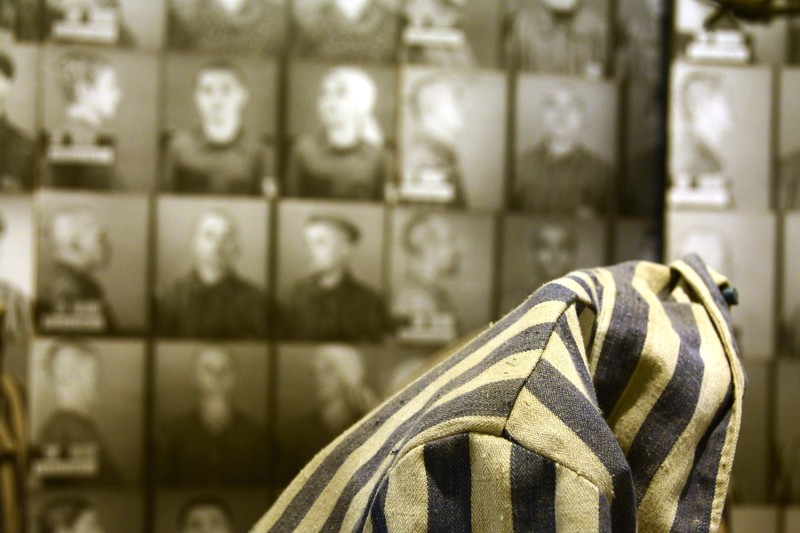 Osvětim - v muzeu - fotky těch co nepřežili