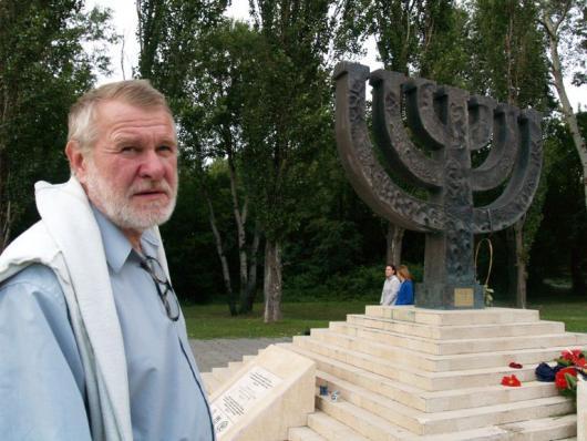 Jaromír Štětina u památníku židovské genocidy v Kyjevě