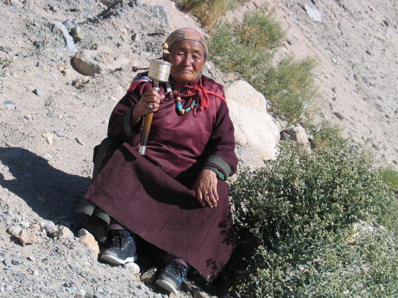 Babička čeká na příjezd Dalai Lamy. Ladakh.