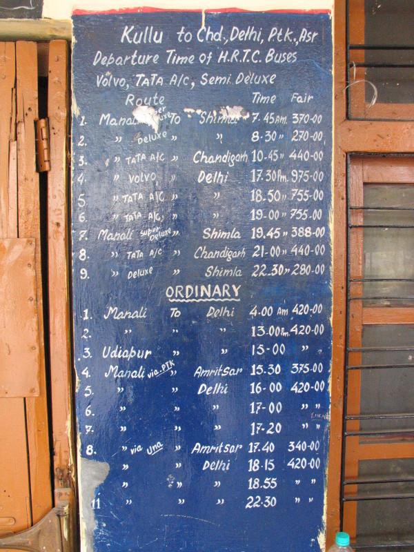 Informace o jízdním řádu na nádraží v Kullu.