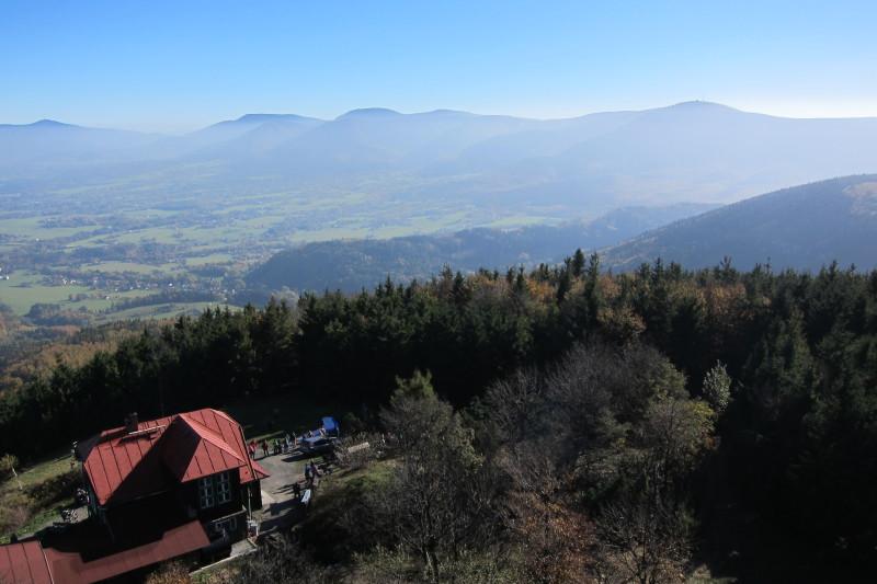 Pohled z rozhledny na Velkém Javorníku - vlevo Lysá hora, vpravo Radhošť