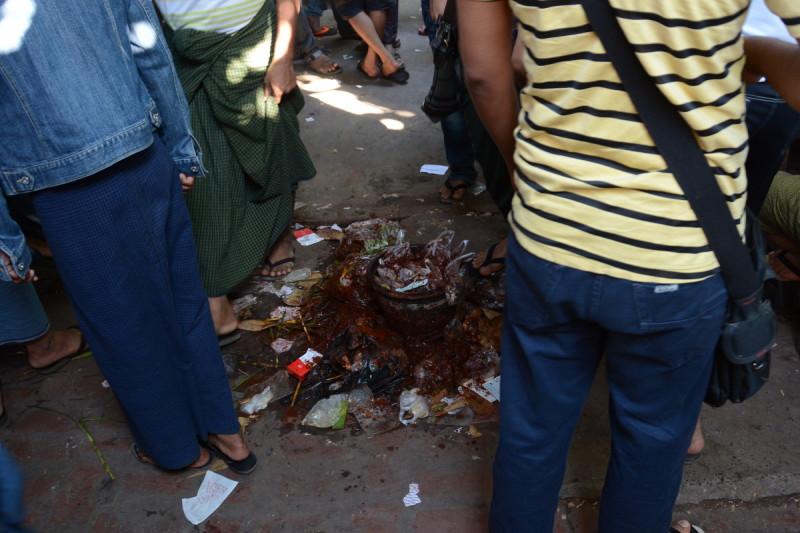 Plivátko v jídelně na jadeitovém trhu v Barmské Mandalaji