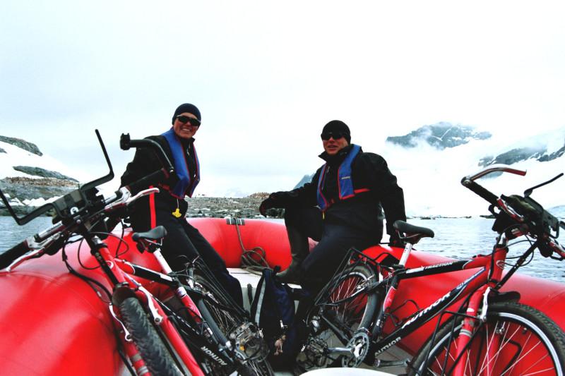 Nejoblíbenější dopravní prostředek - kolo. Zde naloděno na zodiak. Lucie s Michalem směřují k břehům Antarktidy, rok 2004