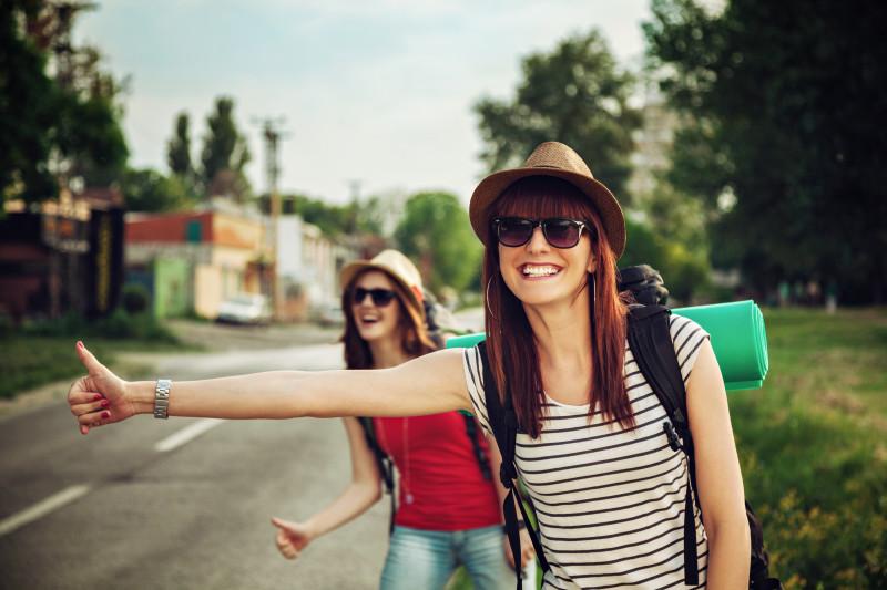 Dvě holky, které stopují u silnice