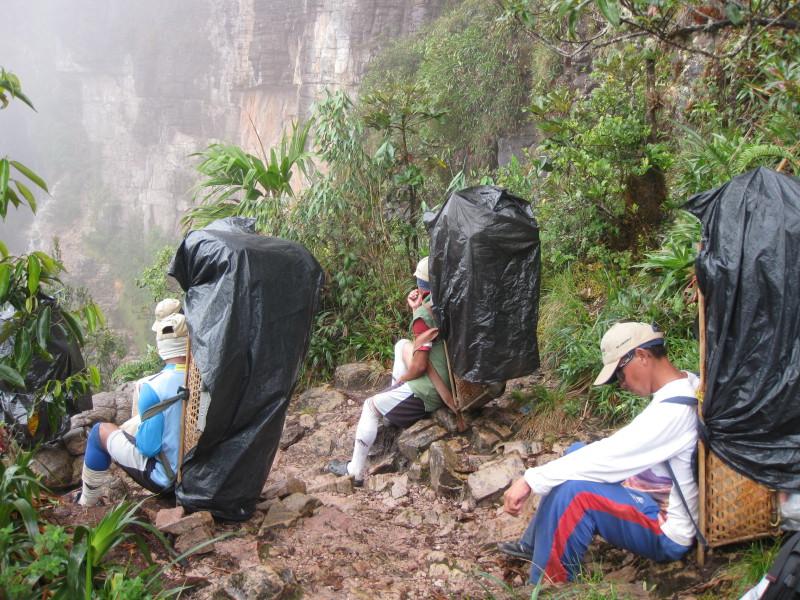 Nosiči odpočívají před výstupem na Roraimu - Venezuela