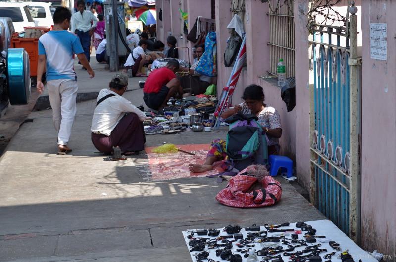 Místní prodejci všeho možného na ulici