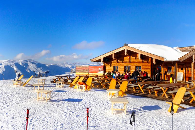 Lyžování v Alpách – hospůdka v Rakousku