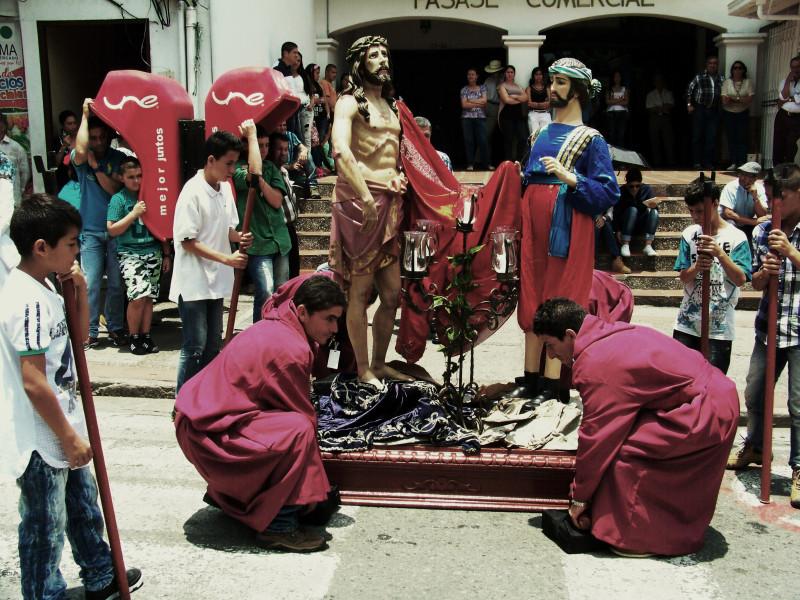 Jedno ze zastavení křížové cesty o Velkém pátku na hlavním náměstí. Velikonoce v Kolumbii. La Ceja, Kolumbie.