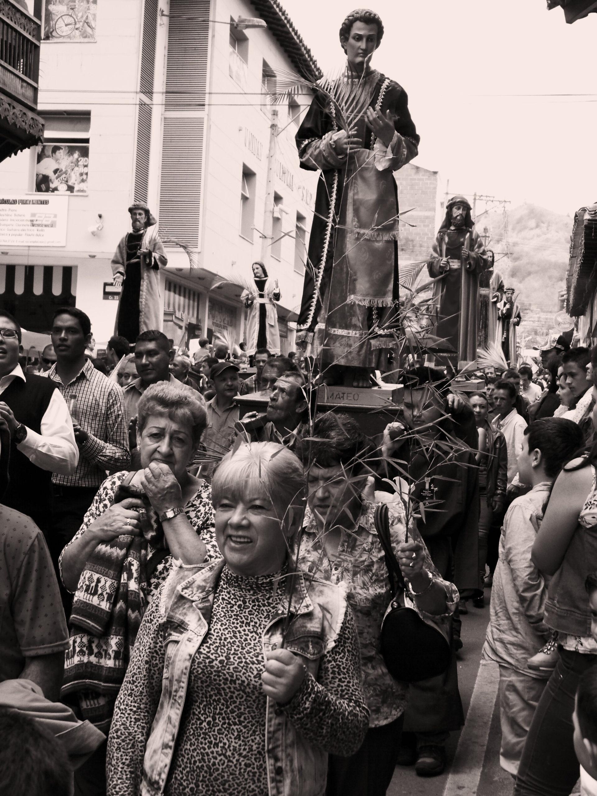 Palmová neděle je ve znamení soch apoštolů doprovázejících Ježíše. Průvod právě kráčí hlavní třídou města. La Ceja, Kolumbie.
