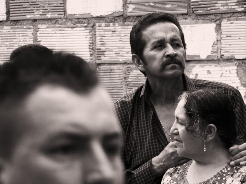 Hluboce věřící Kolumbijci berou velikonoční svátky nesmírně vážně. Snímek zachycuje diváky na ulici o Neděli vzkříšení. La Ceja, Kolumbie.