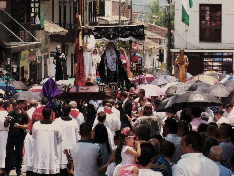 Kristus je doprovázen svou matkou. Velký pátek ve městě La Ceja v Kolumbii.