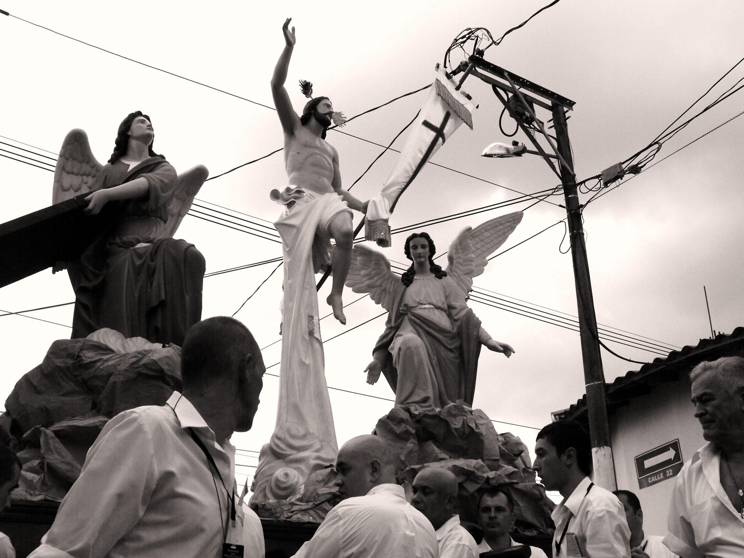 Střídání nejváženějších mužů u alegorie vzkříšení. La Ceja, Kolumbie.