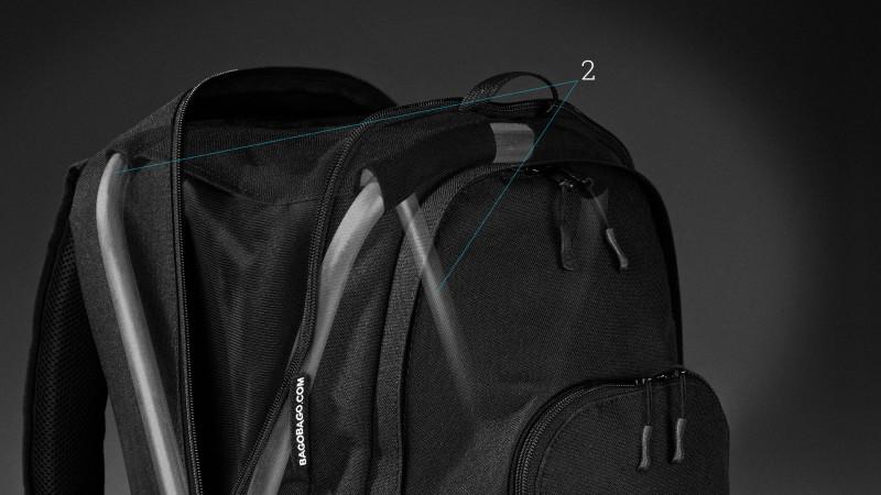 Sedací batoh BAGOBAGO - názorná fotomontáž ukazující řešení skryté konstrukce stoličky uvnitř batohu.