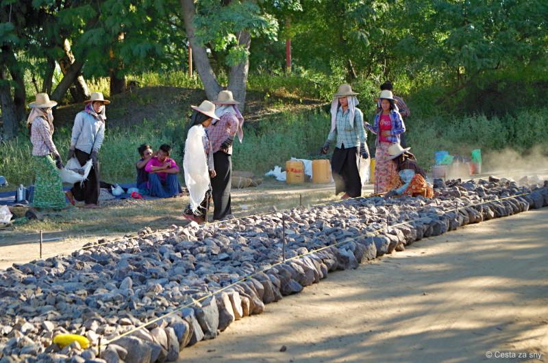 V Myanmaru je stavba silnice velmi náročný a zdlouhavý proces.