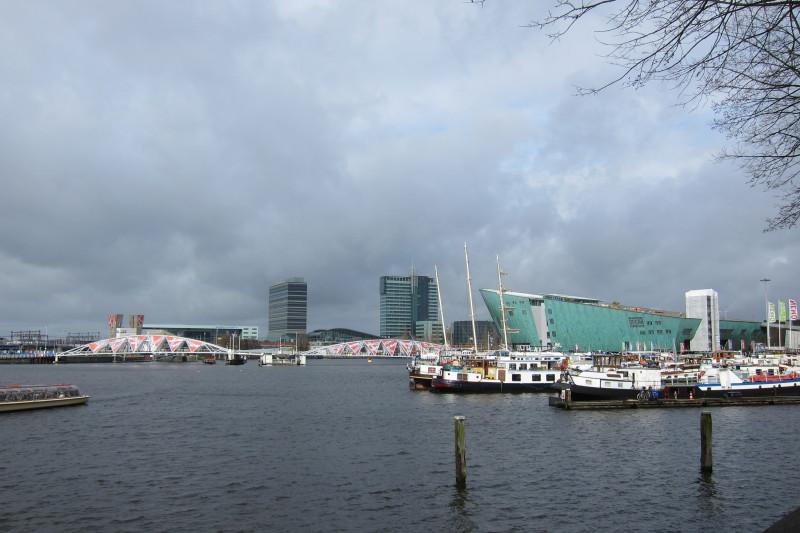Amsterdam - vpravo kotvící lodě, mezi nimi i Avanti (za loděmi pak centrum vědy a techniky Nemo)