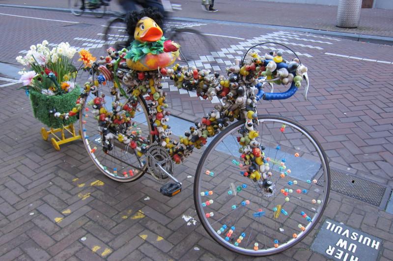 Velikonočně laděný bicykl obsypaný gumovými hračkami