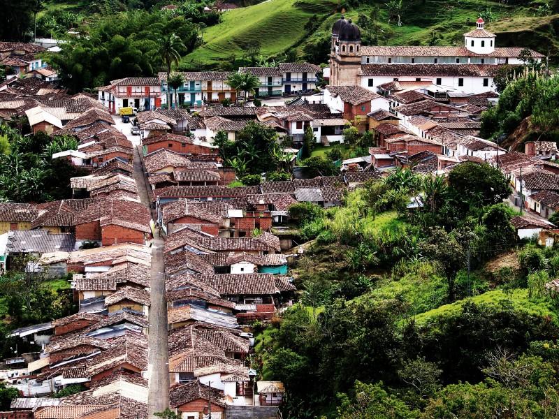 02-01-V-zajeti-magickeho-realismu.Nejkrasnejsi- kolumbijska-vesnice-Concepcion-Antioquia-pohled-na celou-vesnici