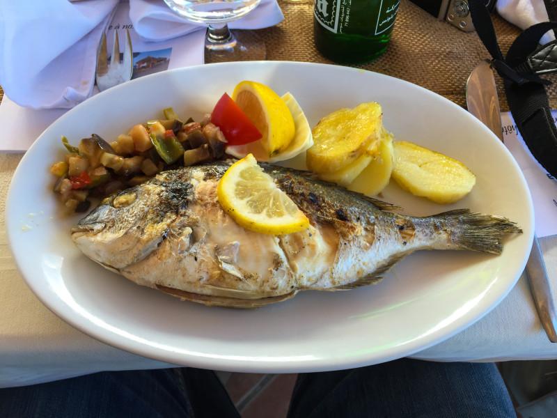 K obědu nás kromě několika skvělých předkrmů čekala i tato úžasná čerstvá ryba. Mňam!