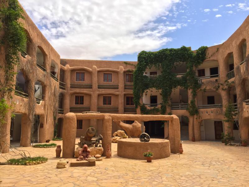 Zastavili jsme se uprostřed pustiny do stylového hotelu připomínající obydlí troglodytů.