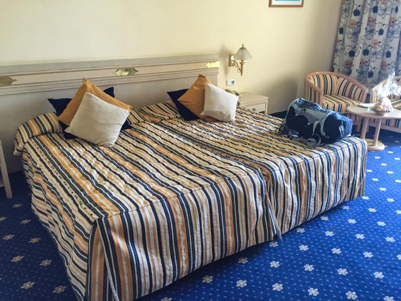 Typická scéna po příjezdu na hotel před vybalením věcí. Můj oblíbený 40l batoh na posteli v pokoji pětihvězdičkovém hotelu. :-D