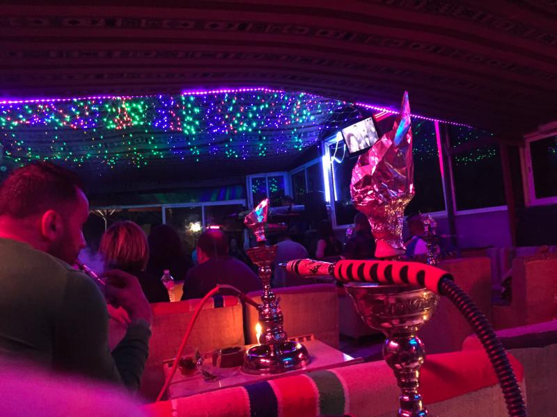 Jeden z nejskvělejších zážitků z Tuniska – náhodné večerní posezení v kavárně s místní živou hudbou, vodní dýmkou a výborným mátovým čajem s čerstvými mandlemi.