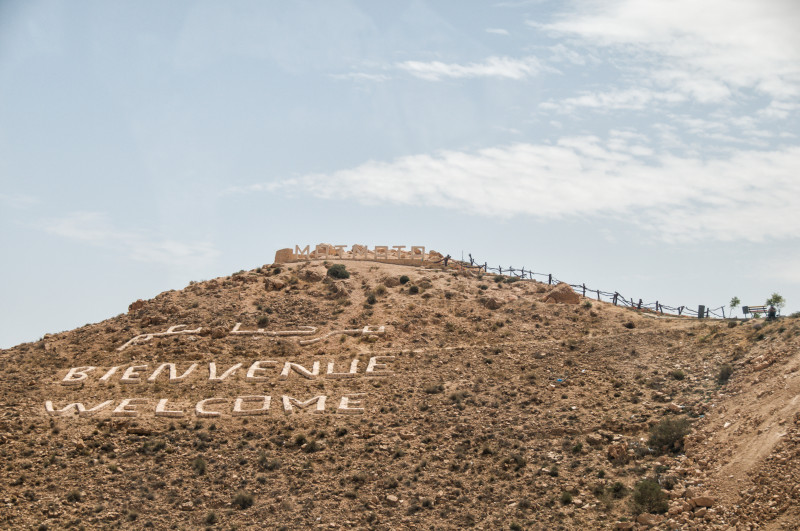 Příjezd do Matmaty již z dálky oznamuje dvoujazyčný nápis, který vítá návštěníky stejně, jako je tomu třeba v Cuzcu v Peru a dalších místech.