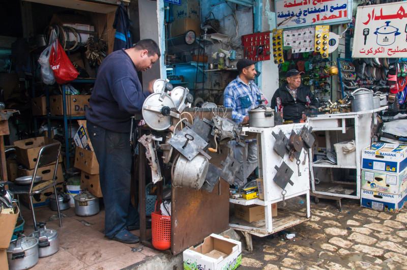 Tunisko patří ještě k těm zemím, kde se věci nevyhazují, ale opravují... A dokáží si poradit opravdu s kdečím! Vzpomínám si, jak jsme se u nás dříve smáli Rakušanům, že vyhodí ledničku jen proto, že má špatnou přívodní šňůru do elektriky... dnes už je ta doba i u nás... Kampak se vytratily naše zlaté české ručičky? :-(