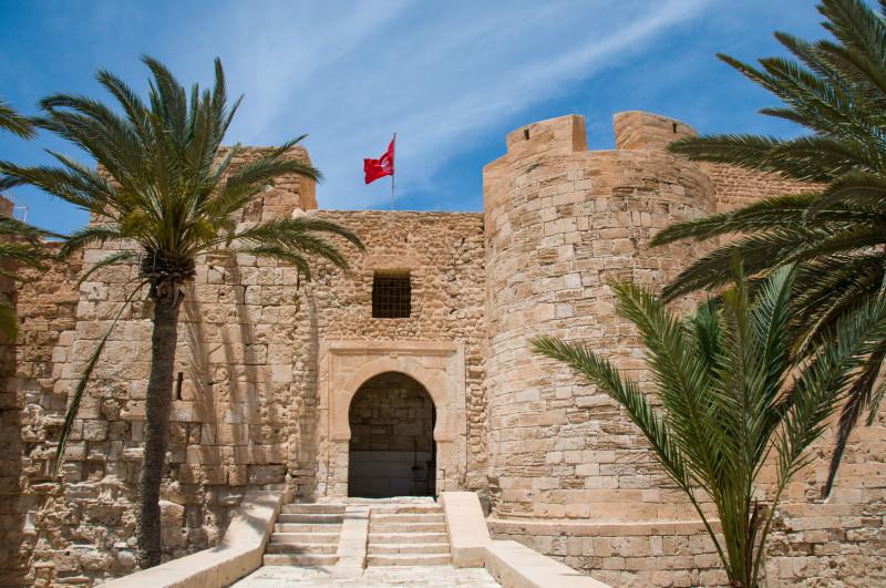 Velká pevnost Ghazi Mustapha, které se také říká španělská pevnost. Admirál Roger de Loria postavil novou pevnost na místě staré římské pevnosti. Hafsidský sultán Abou Faris El Hafsi tuto stavbu dokončil v polovině 15. století. V roce 1557 ji opevnil pirát Dragur. V roce 1560 pak Španělé. Ti se zde ve stejném roce usídlili a hned vzápětí byli vyhlazeni. Pevnost má tvar trojúhelníku s několika věžemi a je odsud nádherný výhled na moře a do okolí.