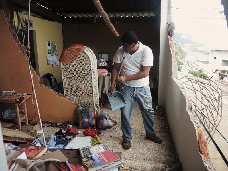 Můj muž odklízejíc následky zemětřesení v naší ložnici. Čtvrť San Roque, Bahía de Caráquez, Ekvádor.