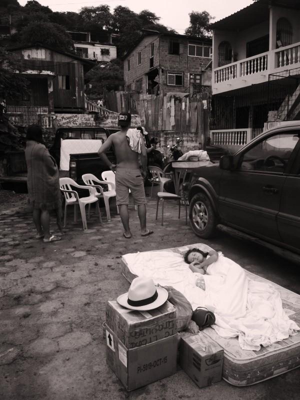 Naše dcera spící ráno po zemětřesení na volném prostranství v naší čtvrti Čtvrť San Roque, Bahía de Caráquez, Ekvádor.