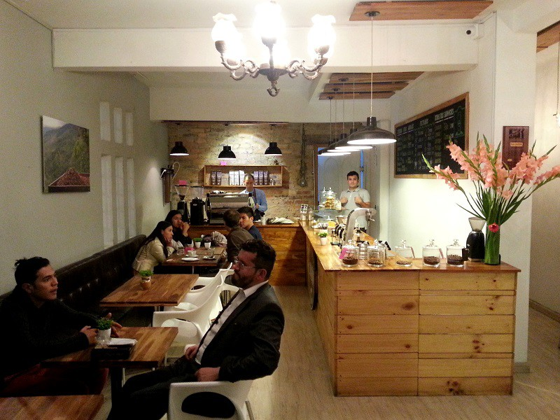 Interiér kavárny Bourbon Coffee Roasters, Bogotá