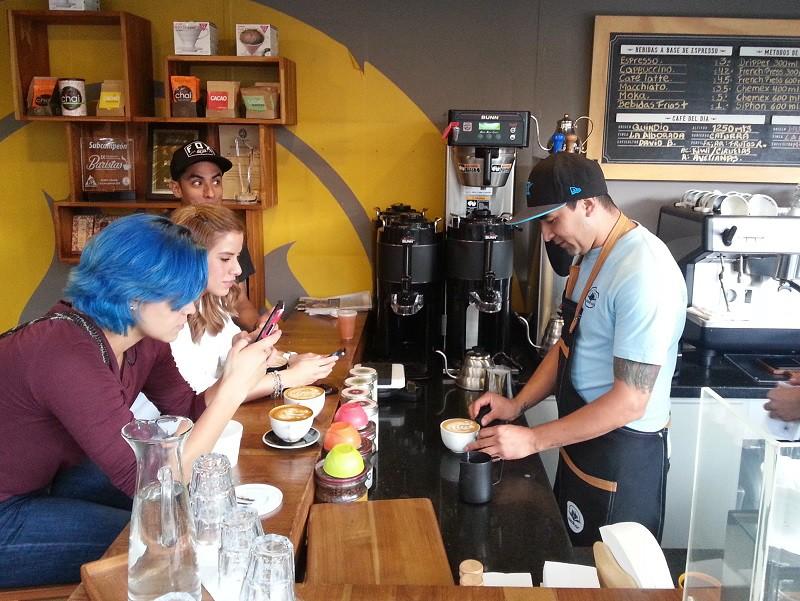 Kavárna Azahar, Bogotá, obsluhuje samotný mistr barista pro rok 2016, Mauricio Romero